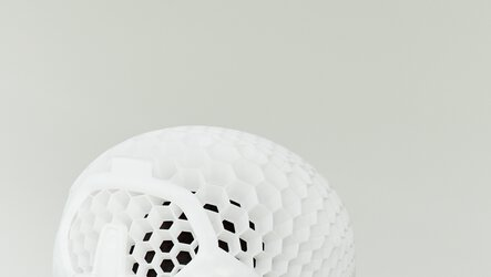 Individualized bike helmet with cellular structures for benefiting from highest crush strength to weight ratio by HEXR, using PA 1101 on an EOS P 396 | © EOS