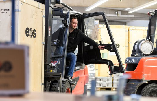Warehouse operator on a forklift truck | © EOS
