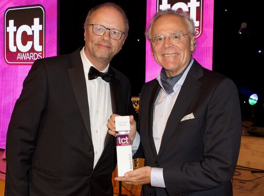 f.l.t.r.: Dr Hans J. Langer receives TCT Hall of Fame award from Red Dwarf actor, Robert Llewellyn.